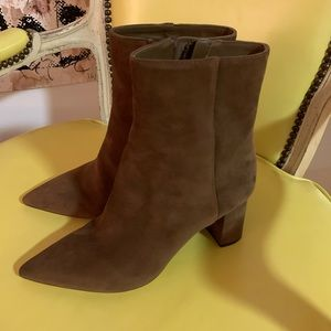 Pointed toe suede boot
